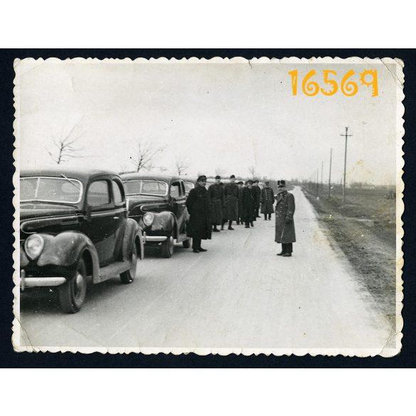 2. világháború, katonai konvoj Ford személygépkocsikkal, egyenruha 1940-es évek, Eredeti fotó, papírkép.