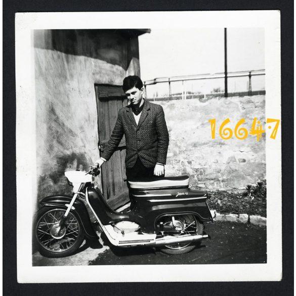 Fiú Jawa Pionyr robogóval, motor, jármű, közlekedés, 1960-as évek, Eredeti fotó, papírkép.