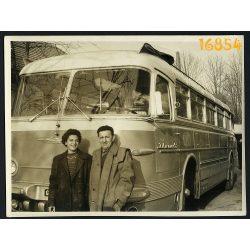 Ikarus 55 első szériás autóbusz, busz utasokkal, közlekedés, jármű 1950-es évek, eredeti fotó, papírkép.