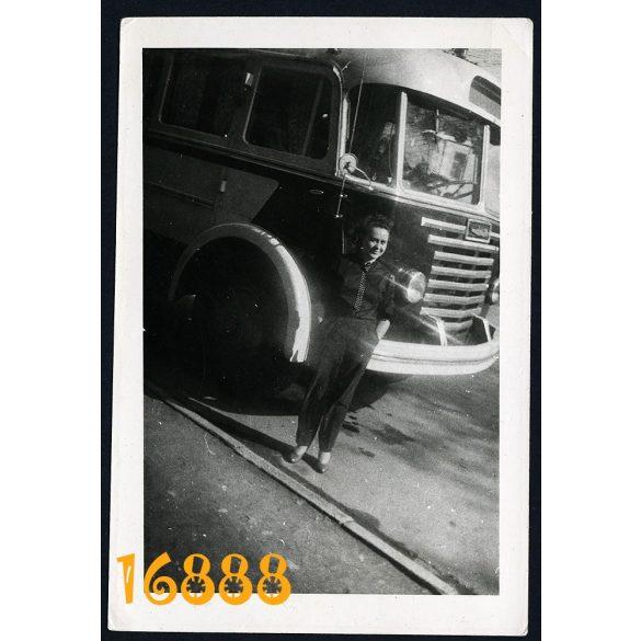 Eredeti fotó, papírkép. elegáns nő Ikarus IK 60 autóbusszal, jármű, közlekedés, busz  1950-es évek,