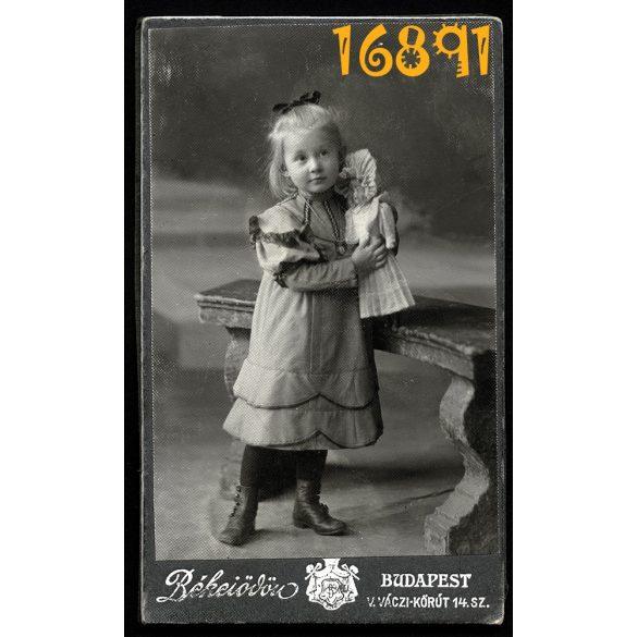 Eredeti fotó, CDV, vizitkártya, kislány babával, játék, Békei Ödön műterme, Budapest, 1890-es évek
