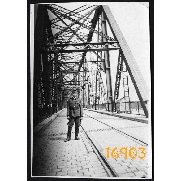 Eredeti fotó, papírkép. Dunaföldvár vasúti híd, magyar katona egyenruhában, közlekedés 1940-es évek,