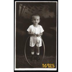 Hozdovits műterem, Arad, Erdély, kisfiú karikával, különös háttér, ünneplő,  1920-es évek, Eredeti fotó, papírkép.