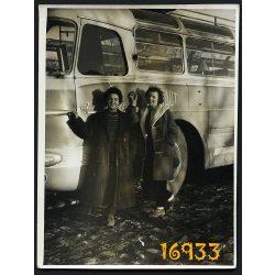 Eredeti fotó, papírkép. nők Ikarus 55 autóbusszal, busz, jármű, közlekedés 1960-as évek,