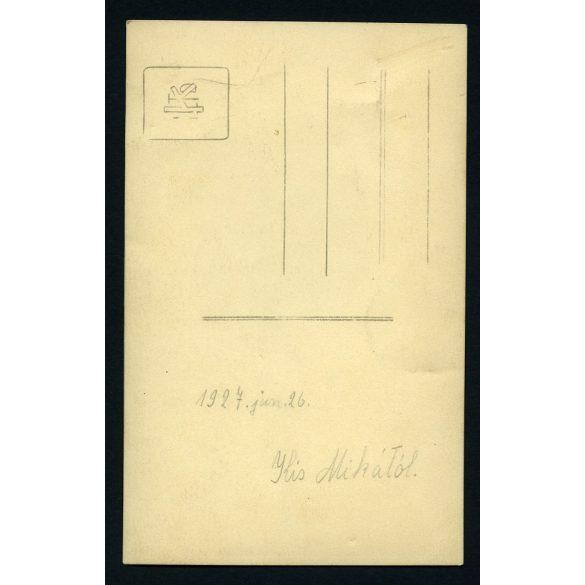 Proszig műterem, elegáns lány nyaklánccal, furcsa háttér, Óbuda, 1927.  Eredeti fotó, papírkép.
