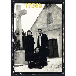 Piliscsaba, Kálvária Kápolna, elegáns hölgyek és úr a kőkeresztnél, egyház, vallás, 1930-as évek Eredeti fotó, papírkép.