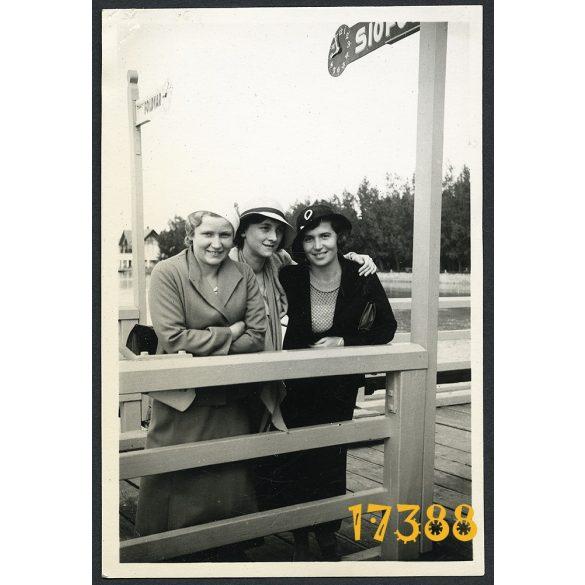 Balaton, kikötő, közlekedés, Siófok, Földvár feliratok, elegáns hölgyek kalapban, divat, 1930-as évek, Eredeti fotó, papírkép.