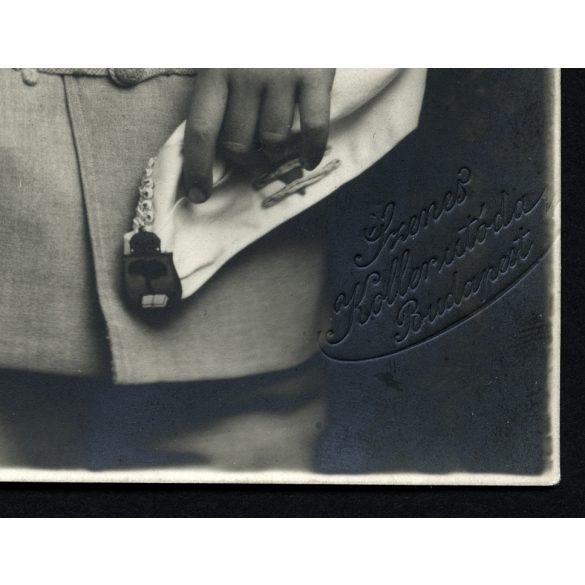 Szenes, Koller utóda műterem, iskolás fiú egyenruhában, sapkajelvény, Budapest, 1920-as évek Eredeti fotó, papírkép.   méret megközelítőleg (centiméterben): 8.5 x 13.5  Használt! Eredeti nagyítás! Nem