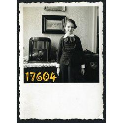 Kislány rádiókészülékkel, rádió, ünneplő, Erdély, Kolozsvár (Cluj), 1930-as évek Eredeti fotó, papírkép.