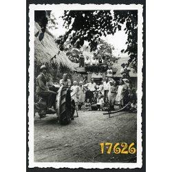 Traktor, gazdasági udvar, cséplőgép, mezőgazdaság, munkások, paraszt, 1938, 1930-as évek Eredeti fotó, papírkép.