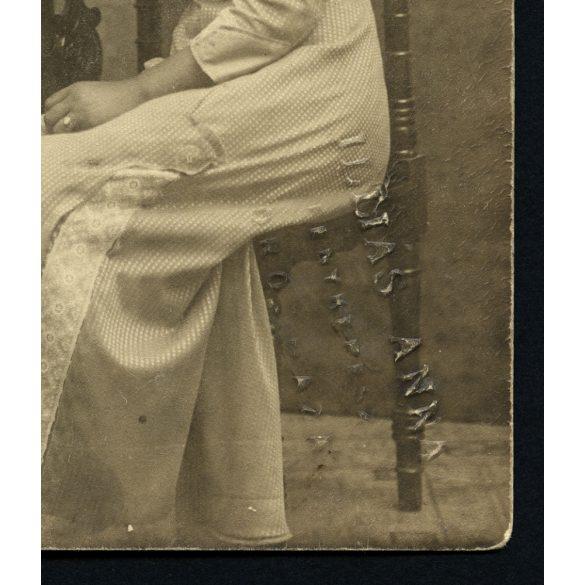 Illiás Anna műterem Orosháza, elegáns hölgyek virággal, 1910-es évek, Magyarország, divat, Eredeti fotó, papírkép.