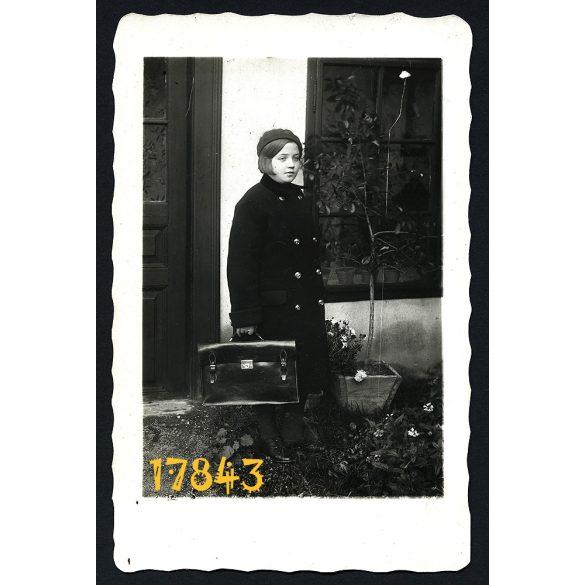 Tokaj, kislány sapkában, iskolatáskával, 1933, 1930-as évek, Eredeti fotó, papírkép.