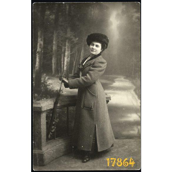 Waitzner műterem, elegáns hölgy esernyővel, , különös háttér,  1890-es évek, Budapest, Magyarország,  Eredeti fotó, papírkép.