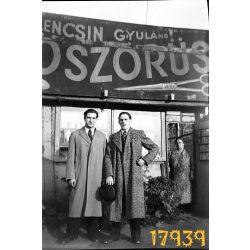 kirakat, cégér, üzlet, Lencsin Gyuláné köszörűs, férfiak egy üzlet előtt, Magyarország,  1930-as évek, Eredeti fotó negatív!