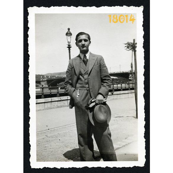 A Duna partján. Elegáns férfi kalappal, kesztyűvel. Margit híd, Budapest, városkép,  1933, 1930-as évek, Eredeti fotó, papírkép.