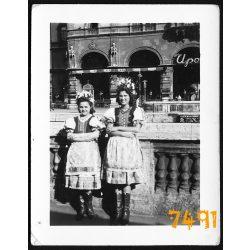 Andrássy út, Upor Kávéház, lányok népviseletben, könyvhét, Budapest 1930-as évek, Eredeti fotó, papírkép.