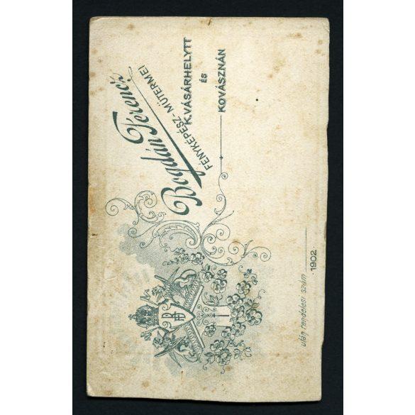 Bogdán műterem, Kézdivásárhely, elegáns hölgy portréja, különös ruha, Erdély, 1890-es évek, Eredeti CDV, vizitkártya fotó.