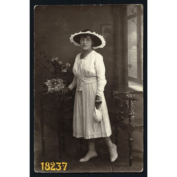 Pataki műterem Szombathely, elegáns hölgy kalapban, retiküllel, virágokkal, 1910-es évek, Eredeti fotó, papírkép.