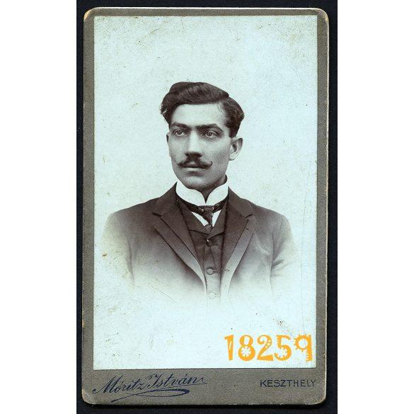 Móritz műterem, Keszthely, elegáns férfi portréja, bajusz, nyakkendő,  1890-es évek, Eredeti CDV, vizitkártya fotó.