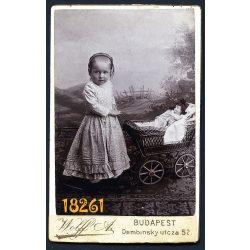 Wolff műterem, Budapest, kislány babával, játék babakocsival, különös háttér, 1900-as évek, Eredeti CDV, vizitkártya fotó.
