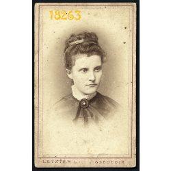 Letzter műterem, Szeged, elegáns hölgy portréja,aláírás, szignó, 1870-es évek, Eredeti CDV, vizitkártya fotó.