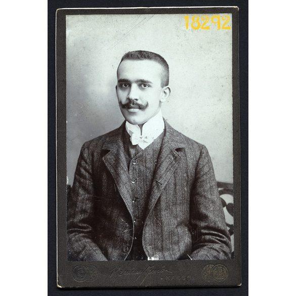Kemény műterem, Kassa,  elegáns fiú bajusszal, csokornyakkendő, portré, Felvidék, 1900-as évek, Eredeti kabinet fotó.