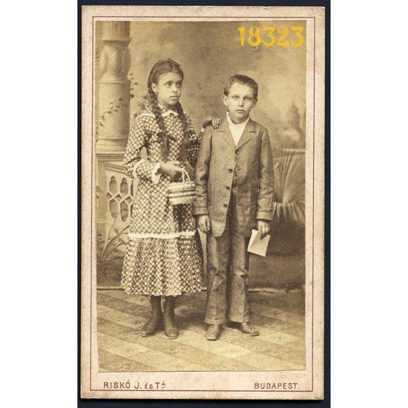 Riskó és Társa műterem, elegáns kislány és kisfiú kosárral, copf, különös háttér, Budapest, 1880-es évek, Eredeti CDV, vizitkártya fotó.