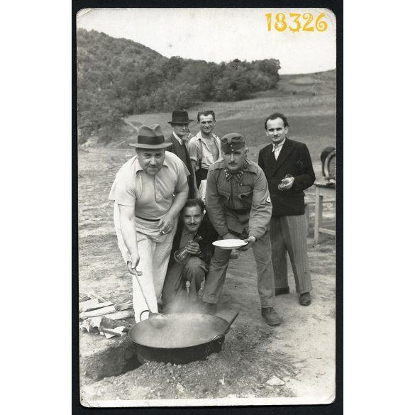 Katona egyenruhában, ebéd, bor, kondér, vicces, 1920-as évek, Eredeti fotó, papírkép.