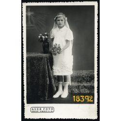 Auer műterem, Szeged, elsőáldozó lány virágokkal, különös háttér, vallás, egyház, Magyarország, 1930-as évek, Eredeti fotó, papírkép.
