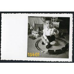 Kisfiú játékokkal, vonat, autó, könyv (Paszuly Pista lakodalma), Eredeti fotó, papírkép.