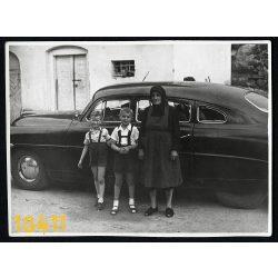 Hudson Hornet állami autó, nagymama, unokákkal, személygépkocsi, jármű, közlekedés, Magyarország 1950-es évek, Eredeti fotó, papírkép.