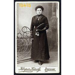 Körper műterem, Pozsony, Felvidék, elegáns hölgy kesztyűben, retiküllel, nyaklánc, ékszer, 1900-as évek, Eredeti CDV, vizitkártya fotó.