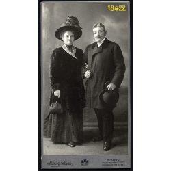 Székely Aladár műterme, Budapest,  elegáns házaspár ünneplőben, retikül, különös kalap, bajusz, 1900-as évek, Eredeti nagyméretű kabinet fotó.