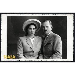 Beile műterem, Kolozsvár, Erdély, elegáns pár portréja, kalap, csokornyakkendő, 1940-es évek, Eredeti fotó, papírkép.