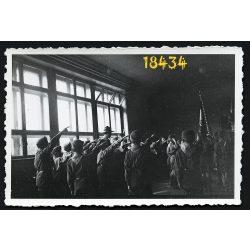 Cserkészek egyenruhában, zászlóval, 1940-es évek, Eredeti fotó, papírkép.