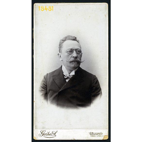 Gerber műterem, Budapest, elegáns úr portréja, bajusz, cvikker, 1900-as évek, Eredeti nagyméretű kabinet fotó.