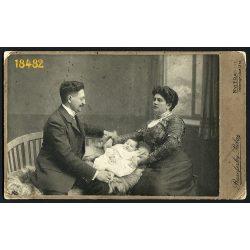 Rakovszky műterem, Nyitra, Felvidék, elegáns házaspár csecsemővel, családportré, 1900-as évek, Eredeti nagyméretű kabinet fotó.