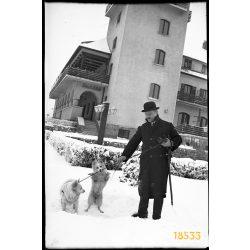 Golf Szálló, Svábhegy, Budapest, elegáns úr kutyákkal, keménykalap, 1940-es évek, Eredeti fotó negatív!