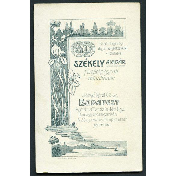 Székely Aladár műterme, Budapest, csinos kislány padon babával, játék, 1900-as évek, Eredeti CDV, vizitkártya fotó.