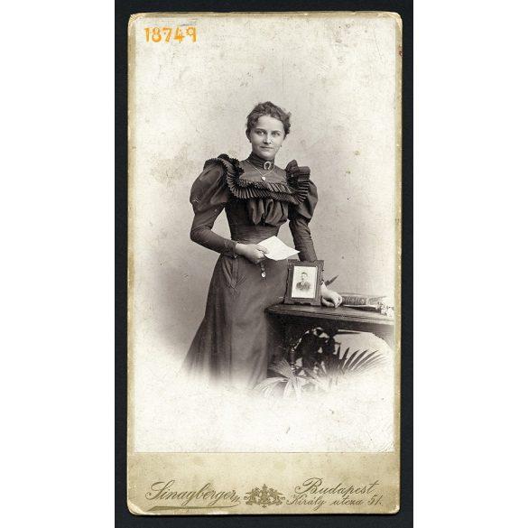 Sinayberger műterem, Budapest, elegáns hölgy, Perger Mónika férje fotójával és levelével, ritka, portré, 1910-es évek, Eredeti nagyméretű kabinet fotó.