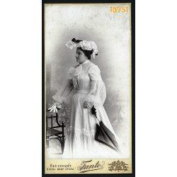 Fanto műterem, Kecskemét, elegáns hölgy különös kalapban, ernyő, kesztyű, divat, 1900-as évek, Eredeti nagyméretű kabinet fotó.