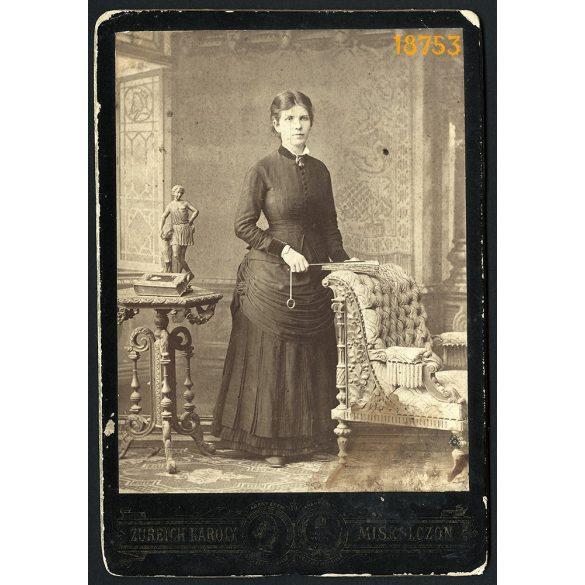Zureich műterem, Miskolc, elegáns hölgy legyezővel, díszes bútorokkal, különös háttér, 1870-es évek, Eredeti kabinet fotó.