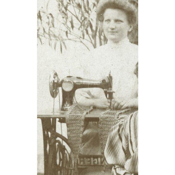 Mór, lányok Singer varrógéppel, szabás-varrás, próbababa,  1907, 1900-as évek, Eredeti fotó, papírkép.
