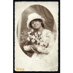 Varga műterem, Debrecen, csinos hölgy 'Pirike' kalapban, virágokkal, gyöngysorral, 1920., 1920-es évek, Eredeti fotó, papírkép.