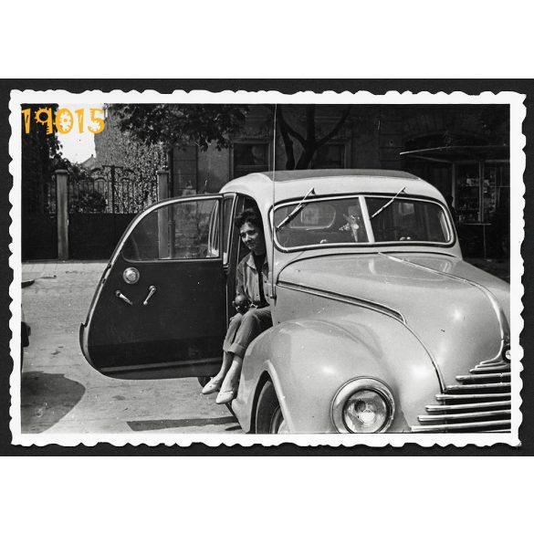 Hölgy EMW kelet-német gépkocsiban, autó, jármű, közlekedés, 1950-es évek, Eredeti fotó, papírkép.