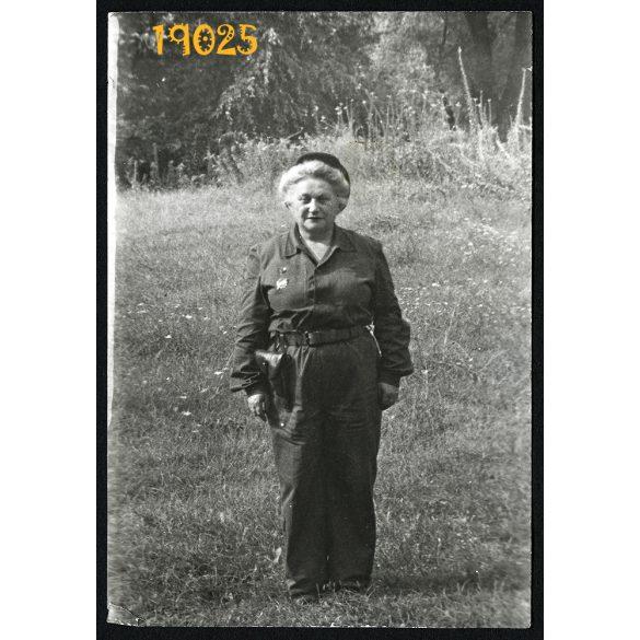 Munkásőr hölgy egyenruhában, pisztollyal, 1960-as évek, Eredeti fotó, papírkép.