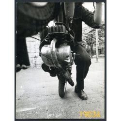 egykeréken Riga szovjet motorkerékpáron, jármű, közlekedés, Budapest, 1970-es évek, Eredeti fotó, papírkép.