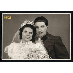 Hauser műterem, Kispest, esküvő, menyasszony magyaros ruhában, katona, egyenruha, ünnep, 1930-as évek, Eredeti fotó, papírkép.
