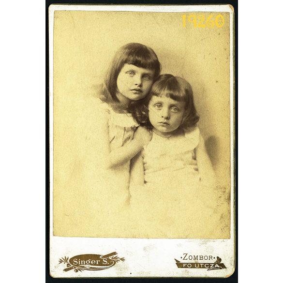 Singer műterem, Zombor, lányok, testvérek portréja, 1880-as évek, Eredeti kabinet fotó.