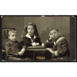 Mai és Társa műterem, gyerekek, testvérek, matróz blúz, iskolás, Budapest, 1900-as évek, Eredeti nagyméretű kabinet fotó, sarka sérült.